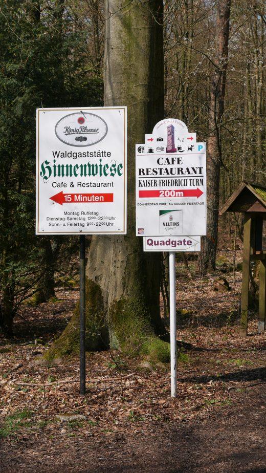 Das Foto zeigt Schilder zu Einkehrmöglichkeiten auf dem 3 Türme WEG in Hagen