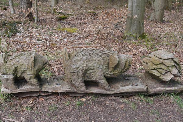 Das Foto zeigt eine Wildschwein-Skulptur aus Holz auf dem 3 Türme WEG in Hagen