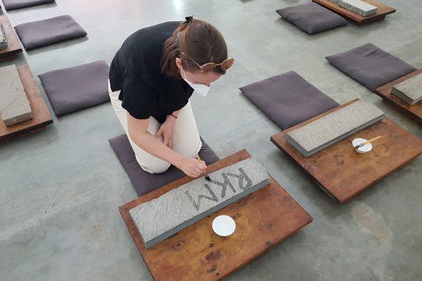 Das Bild zeigt Frauke und eine Kunstinstallation