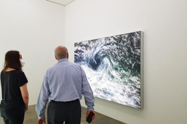 Das Bild zeigt Alessandra vor einem Kunstwerk