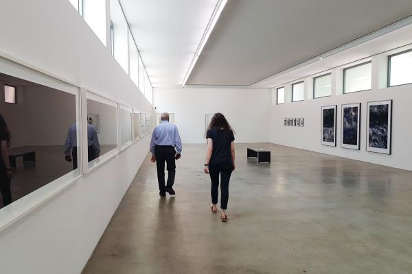 Das Bild zeigt Alessandra in der Ausstellung