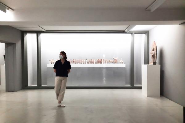 Das Bild zeigt Frauke in der Ausstellung