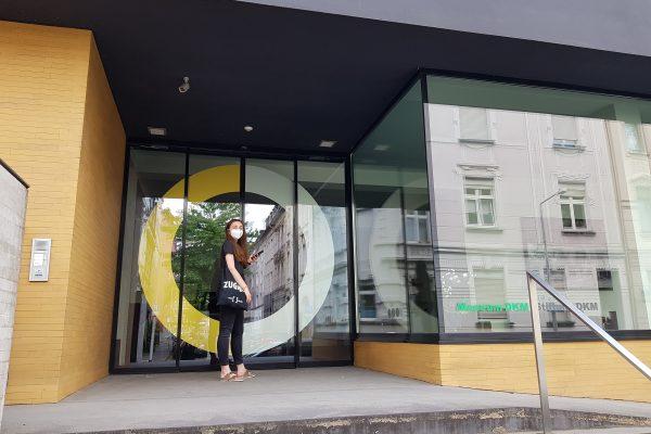 Das Bild zeigt Alessandra vor dem Museum DKM