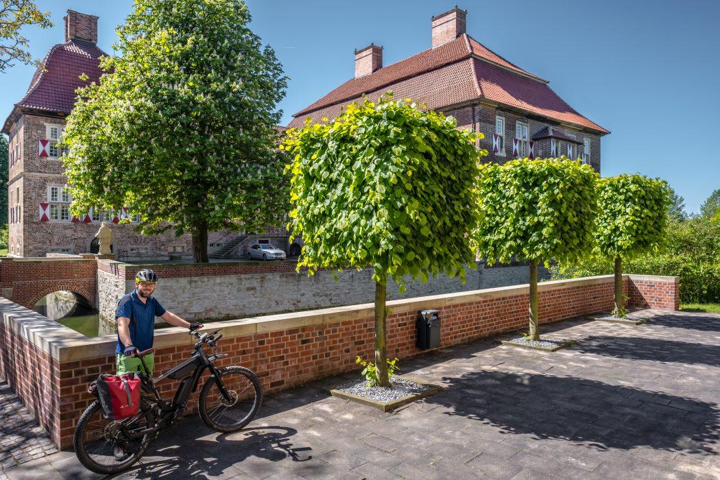 Das Foto zeigt Jochen am Schloss Oberwerries in Hamm