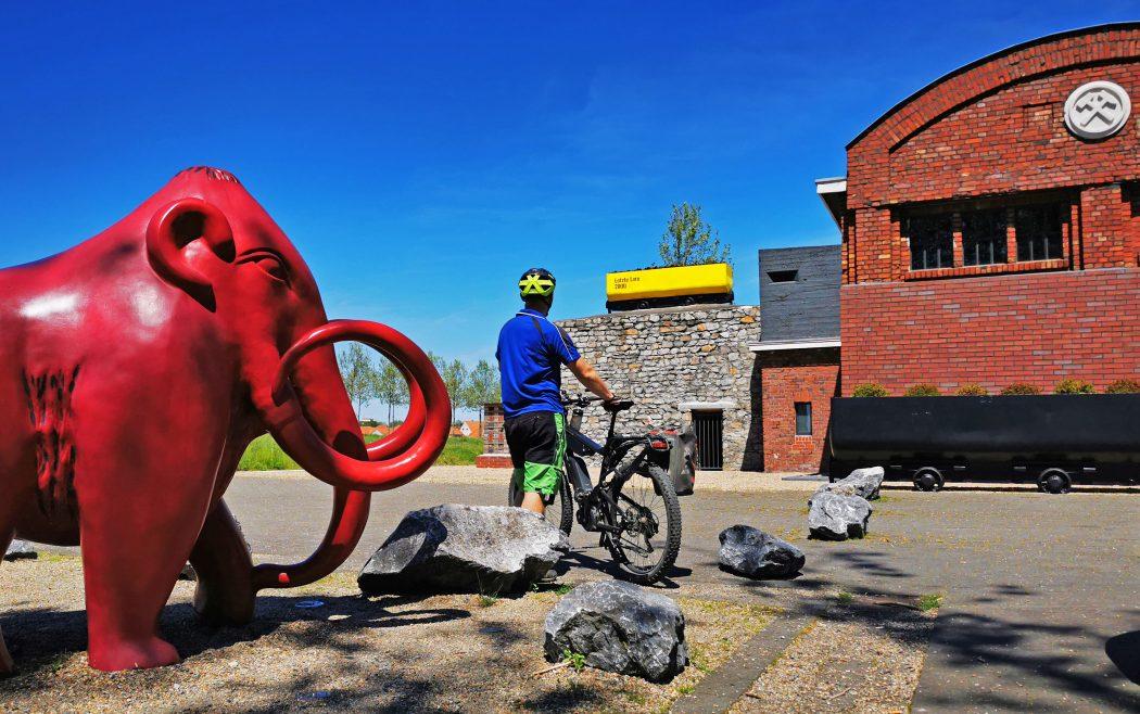 Das Foto zeigt Jochen vor ungewöhnlichen Fotomaotiven auf dem Gelände der Zeche Westfalen in Ahlen