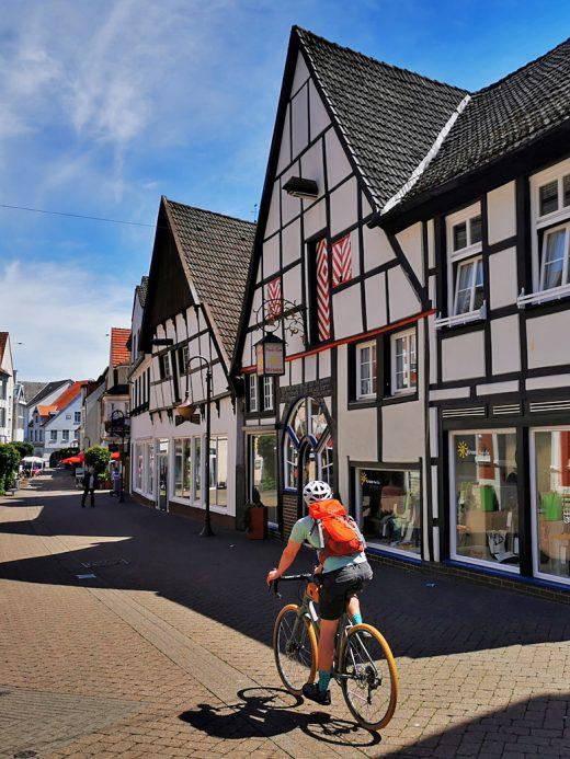Das Foto zeigt Pascal vor schönen Fachwerkhäusern in Beckum