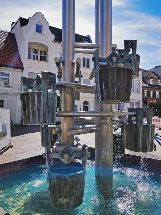 Das Foto zeigt den Brunnen am Marktplatz von Beckum