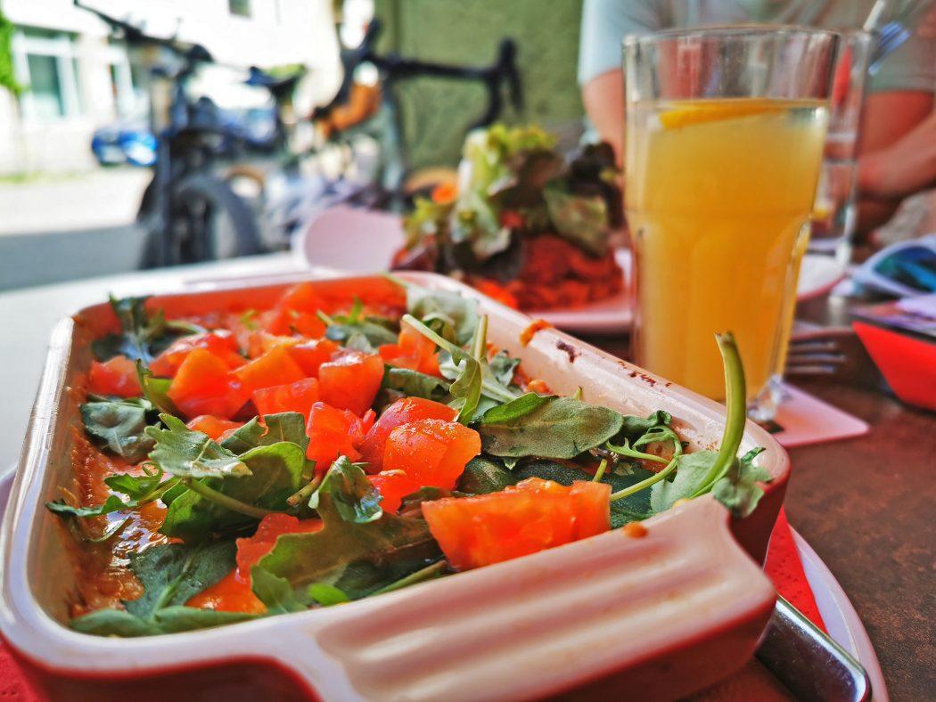 Das Foto zeigt Lasagne mit frischen Kräuter im Extrablatt auf dem Markplatz von Beckum