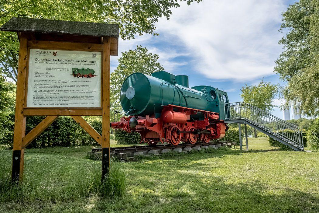 Das Foto zeigt eine historische Dampflokomotive im Aktivpark Phoenix