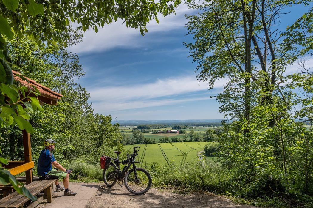 Das Foto zeigt Jochen am Aussichtspunkt Höxberg