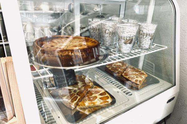 Das Foto zeigt die Kuchentheke des Teeladens Tee Marie im Szeneviertel Bochum Ehrenfeld