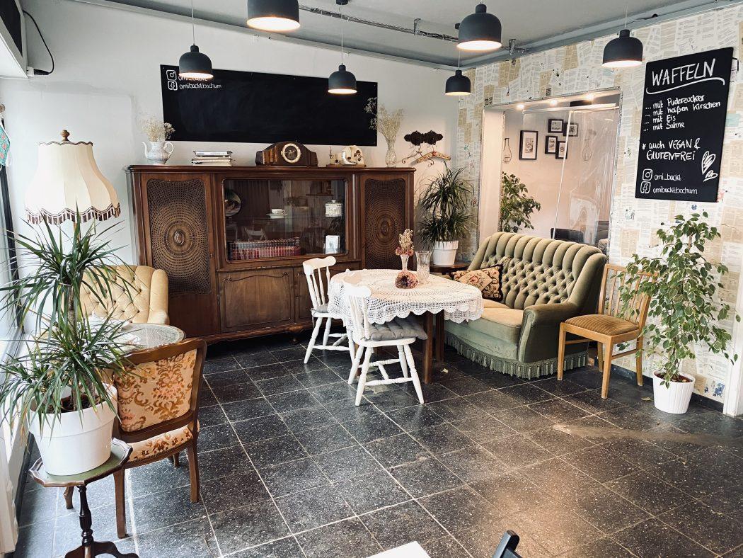 Das Foto zeigt das Café Omi backt im Szeneviertel Bochum Ehrenfeld von innen