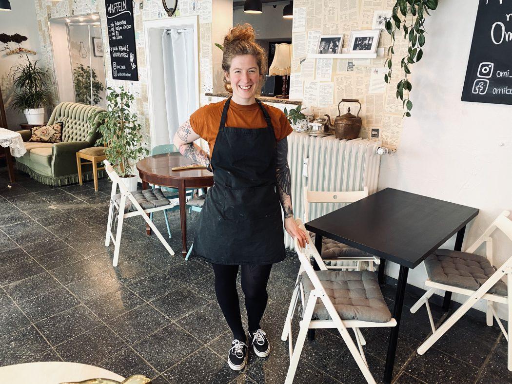 Das Foto zeigt Katharina Hallepapel - die Betreiberin des Café Omi backt im Szeneviertel Bochum Ehrenfeld