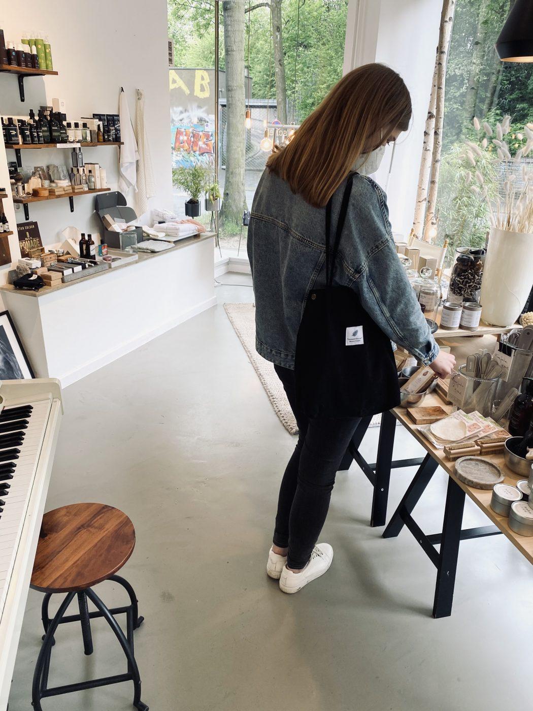 Das Foto zeigt Alex im Concept Store die Kultur Tasche im Szeneviertel Bochum Ehrenfeld von außen