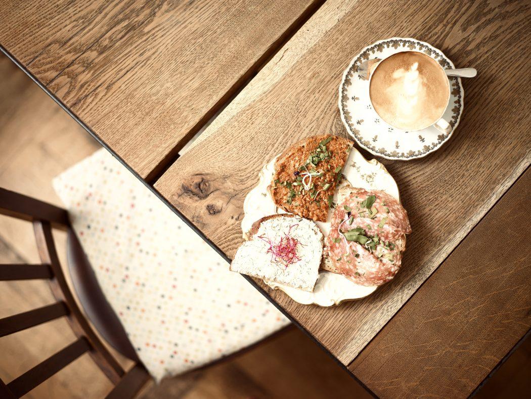 Das Foto zeigt Butterbrote und Kaffee in der Butterbrotbar im Szeneviertel Bochum Ehrenfeld