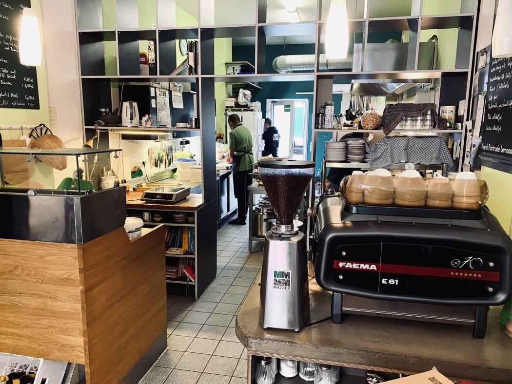 Das Foto zeigt die offene Küche der Butterbrotbar im Szeneviertel Bochum Ehrenfeld