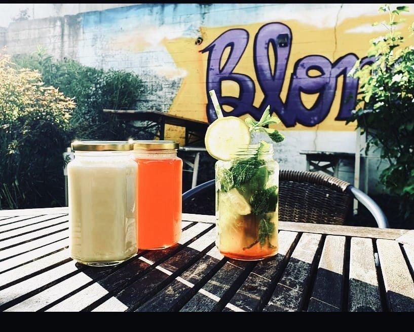 Das Foto zeigt den Außenbereich des Restaurants Blondies im Szeneviertel Bochum Ehrenfeld