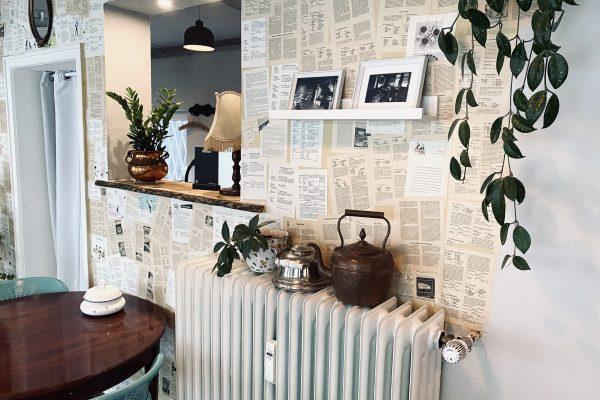 Das Foto zeigt die Einrichtung des Cafés Omi backt im Szeneviertel Bochum Ehrenfeld