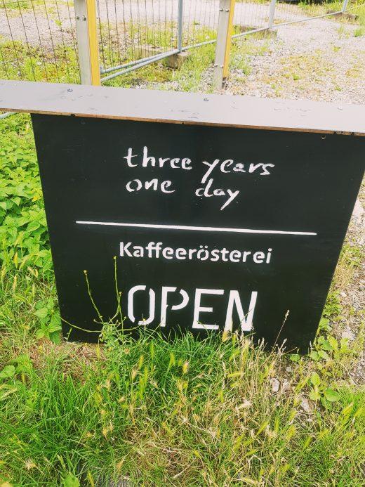 Das Foto zeigt eine Tafel der Kaffeerösterei three years one day in Bochum