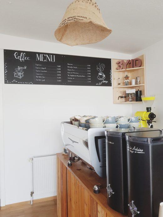 Das Foto zeigt die Kaffeetheke der Kaffeerösterei three years one day in Bochum