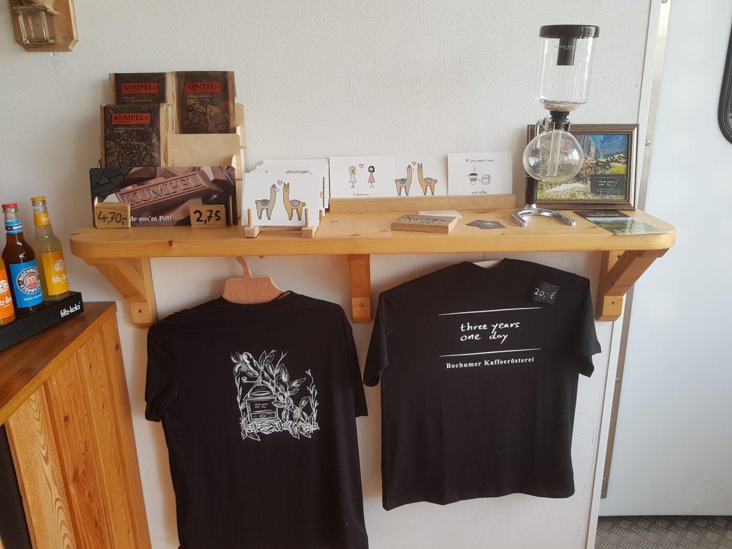 Das Foto zeigt Merchandise in der Kaffeerösterei three years one day in Bochum