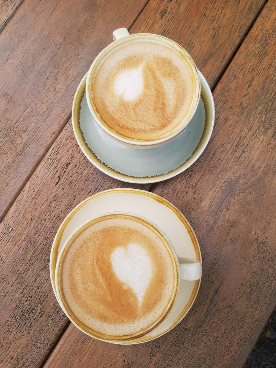 Das Foto zeigt zwei Cappuccino der Kaffeerösterei three years one day in Bochum