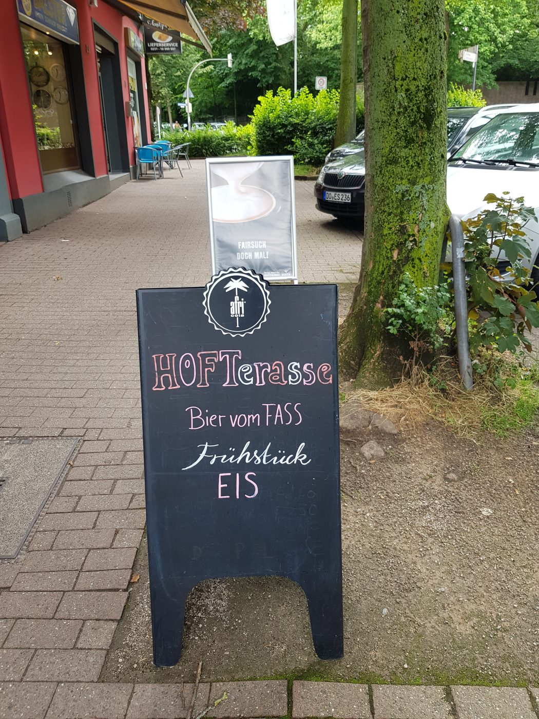Das Foto zeigt eine Tafel des Café Rot in Dortmund