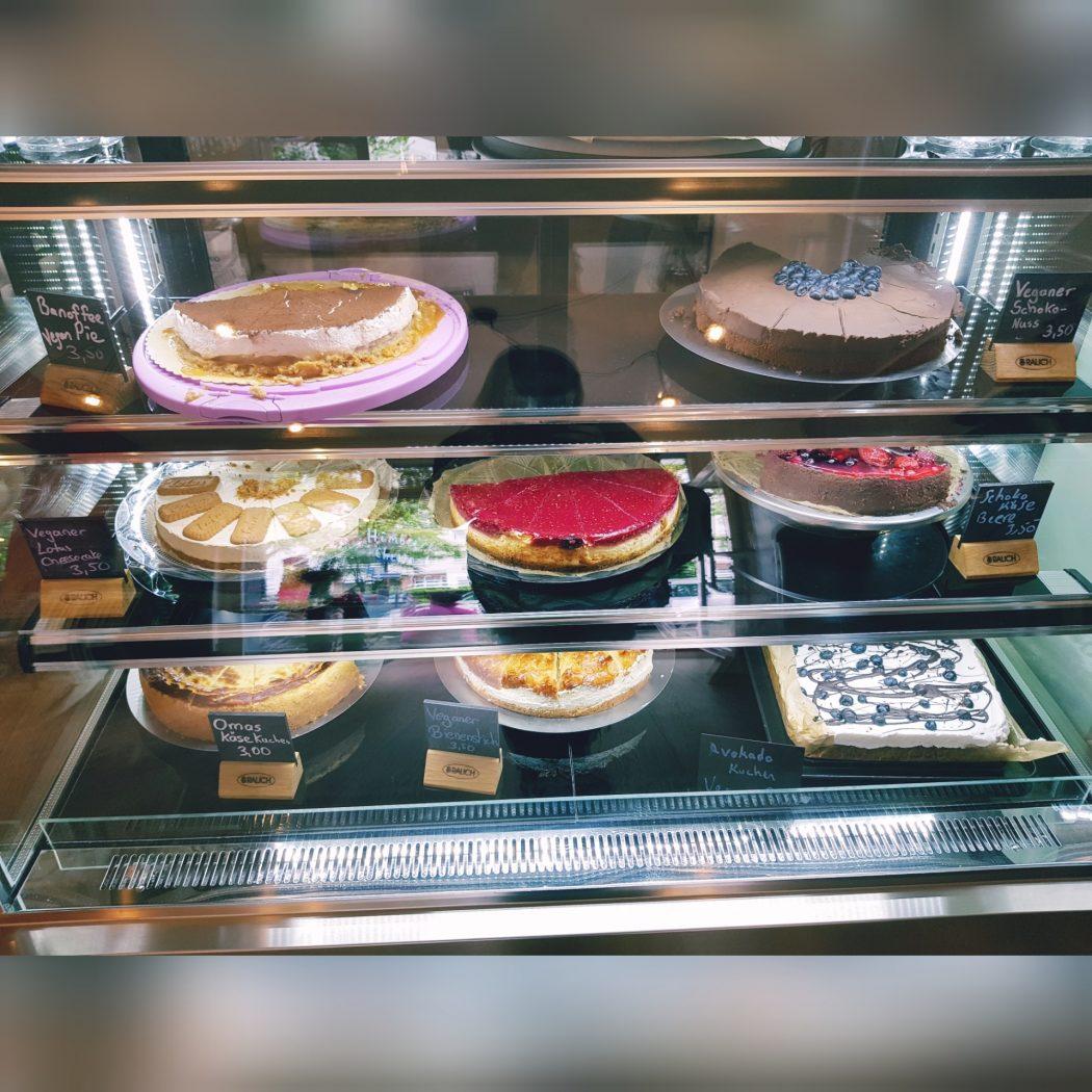 Das Foto zeigt die Kuchentheke des Café Rot in Dortmund