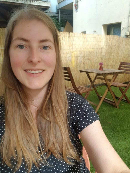 Das Foto zeigt Melissa im Hinterhof des Café Rot in Dortmund
