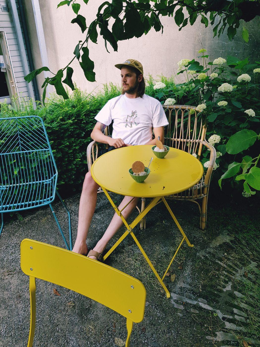 Das Foto zeigt einen Mann im Hinterhof des Eiscafés Kugelpudel in Dortmund