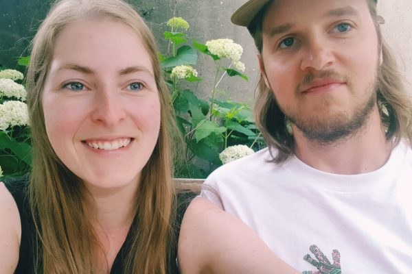 Das Foto zeigt Melissa und ihren Freund im Hinterhof der Eisdiele Kugelpudel in Dortmund