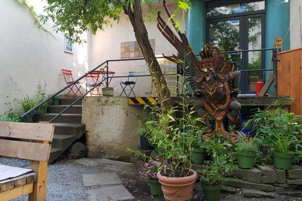 Das Foto zeigt den Hinterhof des raum cafés und Knuts im Wiesenviertel in Witten
