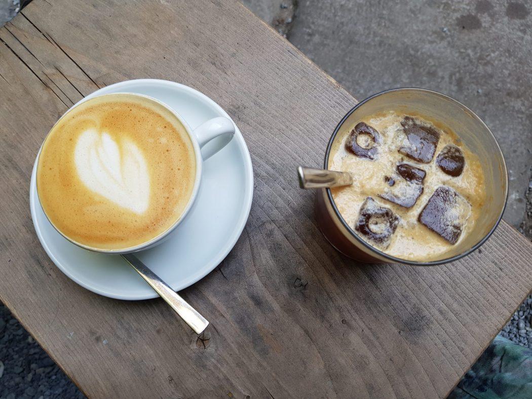 Das Foto zeigt einen Cappuccino und einen Espresso Tonic im raum café im Wiesenviertel in Witten