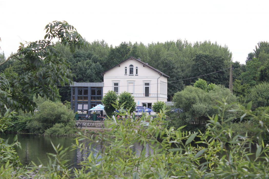 Das Foto zeigt das Bootshaus Ruhreck in Essen-Steele