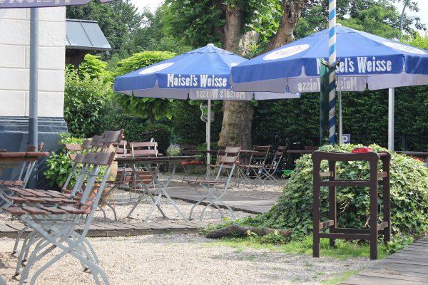 Das Foto zeigt den Biergarten des Bootshaus Ruhreck in Essen-Steele