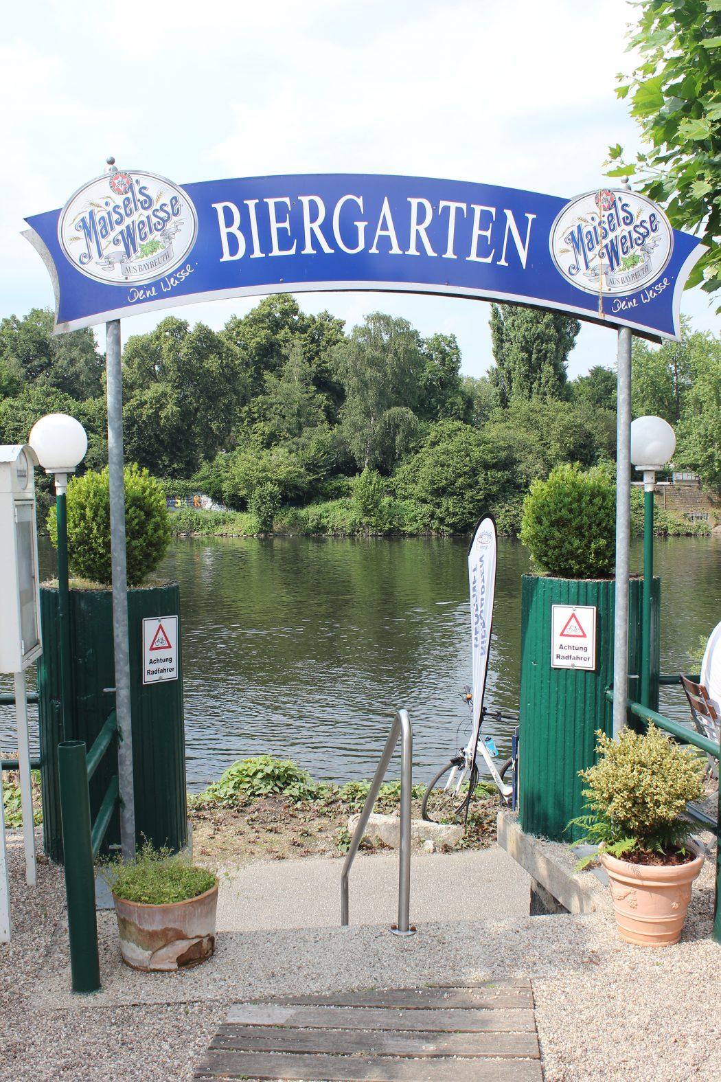 Das Foto zeigt den Eingang zum Biergarten des Bootshaus Ruhreck in Essen-Steele