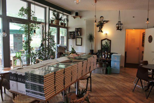 Das Foto zeigt einen Stapel mit Kochbüchern des des Grünen Salons in der Nordstadt von Dortmund