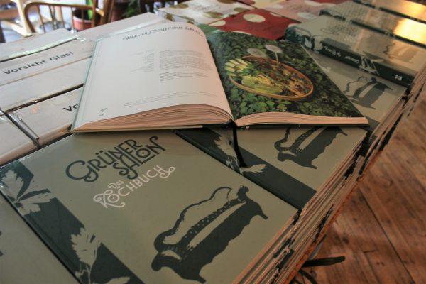 Das Foto zeigt das Kochbuch des des Grünen Salons in der Nordstadt von Dortmund