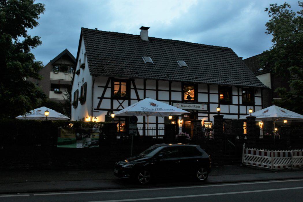 Das Foto zeigt den Biergarten der Kartoffel-Kiste in Duisburg