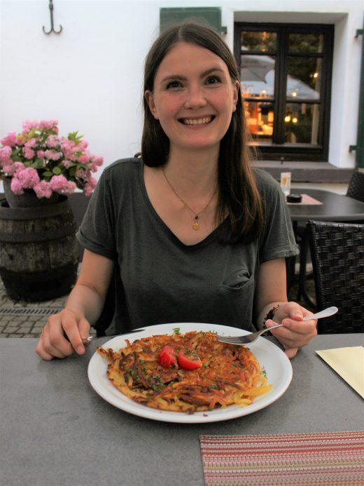 Das Foto zeigt Franziska im Biergarten der Kartoffel-Kiste in Duisburg