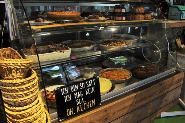 Das Foto zeigt die Kuchentheke der Küchenwirtschaft Bismarck im Kaiserviertel in Dortmund