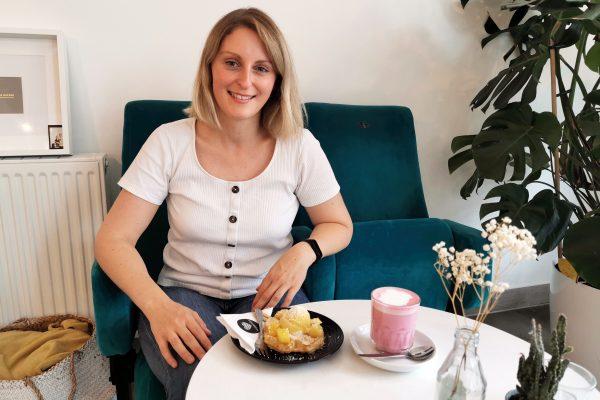 Das Foto zeigt Katalina mit WaffelPop und Chai Latte im Café herzallerliebst in Dortmund