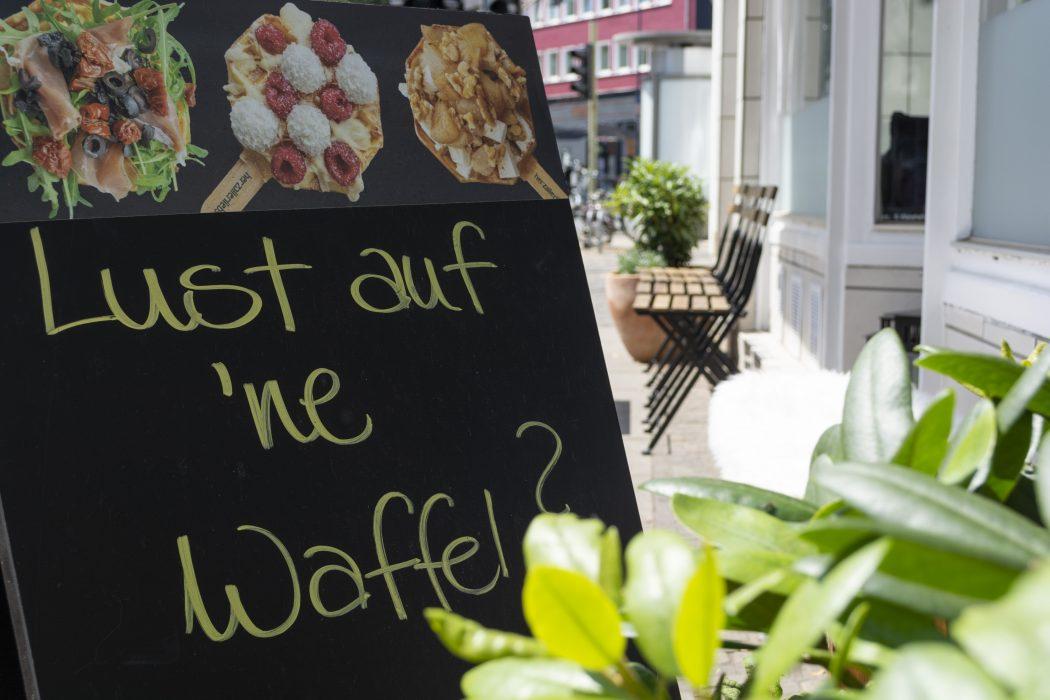 Das Foto zeigt eine Tafel vorm Café herzallerliebst von außen
