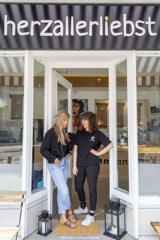 Das Foto zeigt Cafébetreiberin Sassi mit Kollegin Kira in der Eingangstür des herzallerliebst in Dortmund