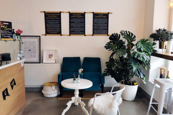 Das Foto zeigt eine Sitzecke mit Kinosesseln im herzallerliebst in Dortmund