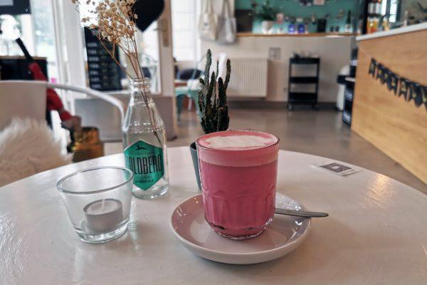 Das Foto zeigt einen Super Food Chai Latte im Café herzallerliebst in Dortmund