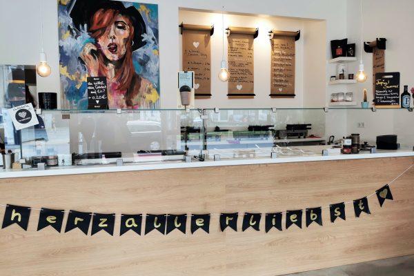 Das Foto zeigt die Theke des Cafés herzallerliebst in Dortmund