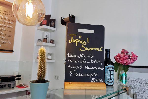Das Foto zeigt Deko und eine Bestelltafel im Café herzallerliebst in Dortmund