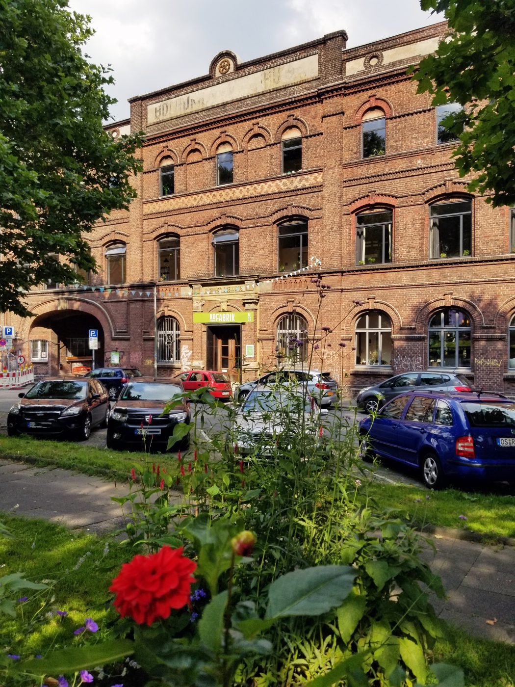 Das Foto zeigt die KoFabrik am Imbuschplatz in Bochum, in der sich u.a. das STÜH33 befindet
