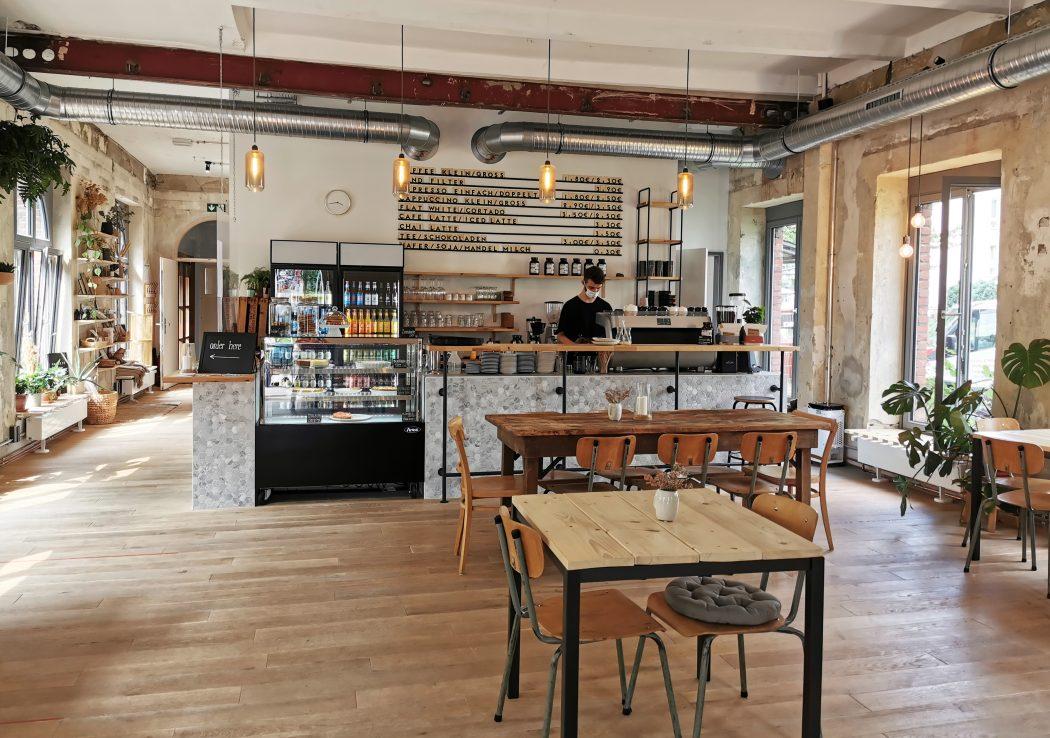 Das Foto zeigt den Cafébereich des STÜH33 in Bochum